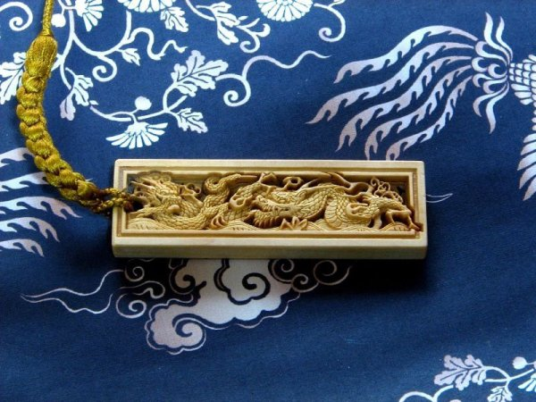 武蔵野彫り 双龍 名入れ 木札 正絹組紐タイプ